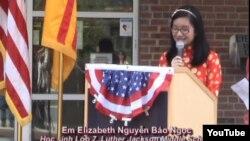 """Em Elizabeth Nguyễn Bảo Ngọc phát biểu trong buổi lễ khánh thành """"Đường đến Tự do"""" tại Thư viện Thomas Jefferson. Falls Church"""