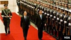 PM Jepang, Yoshihiko Noda, tengah, didampingi PM Tiongkok, Wen Jiabao pada upacara penyambutan di Beijing. (25/12).