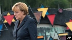 Kanselir Jerman Angela Merkel saat mengunjungi kamp Nazi di Dachau dekat Munich (foto: dok).