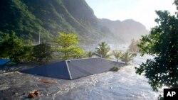 El techo de una casa es arrastradapor las olas en Apia, Samoa durante un tsunami. Hawái es igual de vulnerable a ese tipo de eventos.