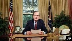 지난 1989년 조지 H.W 부시 전 대통령이 백악관 집무실에서 연설문을 읽고 있다.