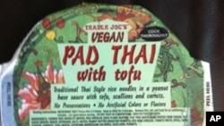 สาวชื่อดังชาวนิวยอร์คสองคน ทะเลาะวิวาทตบตีแย่งชื่อผัดไทยแช่แข็งของ Trader Joe's