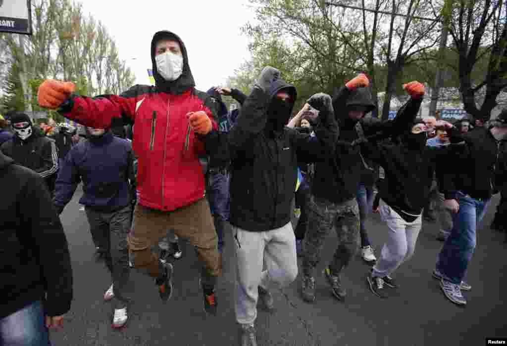 مغربی ممالک ماسکو پر مشرقی یوکرین میں عدم استحکام پیدا کرنے کا الزام لگاتے ہے جب کہ روس اس کی تردید کرتا ہے۔