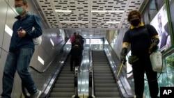 一名戴著口罩的香港工作人員正在噴灑消毒劑。(2020年3月17日)