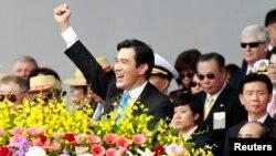 Presiden Taiwan Ma Ying-jeou mengangkat tangannya dalam pidato perayaan Hari Nasional 10 Oktober di Taipei.