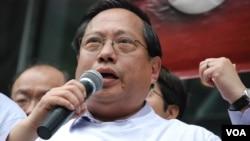 民主黨立法會議員何俊仁表示,絕食行動是佔中的前奏,有如劃起第一枝火柴。 (美國之音 湯惠芸拍攝)