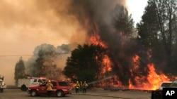 Bomberos batallan contra un incendio forestal en un área al noreste de Clearlake Oaks, California, el 24 de junio de 2018.