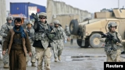 کابل کے نزدیک واقع ائیر بیس بگرام میں ایک خودکش حملے کے بعد فوجی معائنہ کررہے ہیں۔ فائل فوٹو