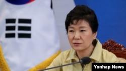 박근혜 한국 대통령이 지난 3일 청와대에서 열린 메르스 대응 민관합동 긴급점검회의를 주재하고 있다.