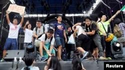 """在台湾大学校园举办的""""中国新歌声""""演唱会上,有学生登上舞台抗议,其中有人拿着主张台独的旗子(2017年9月24日)"""