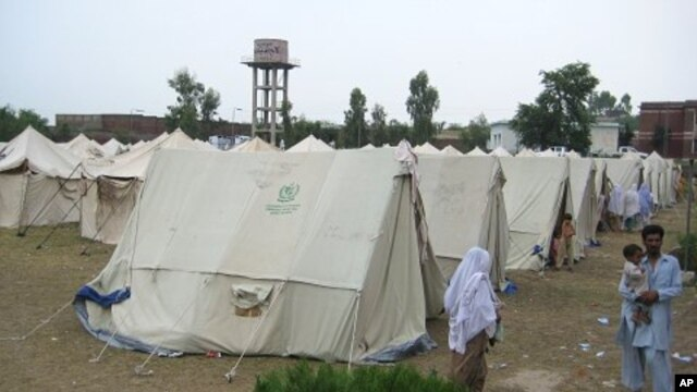 Flood relief camp in Nowshera, Pakistan, 9 Aug. 2010