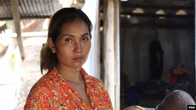 Hum Lisa, 33, a villager in Chreav commune, uses electricity provided by private firms, Siem Reap, Cambodia, August 8, 2017. (Sun Narin/VOA Khmer)