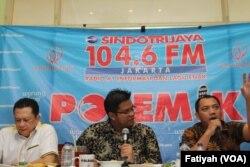 Anggota DPR Bambang Soesatyo (kiri) dan Taufik Basari (anggota DPP Nasde) dalam acara diskusi Sindo Trijaya di Warung Daun, Jakarta (17/10). (VOA/Fathiyah Wardah)