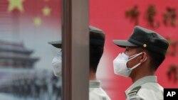 Tentara Pembebasan Rakyat China (PLA) mengenakan masker wajah untuk melindungi dari penularan virus corona (Covid-19) di Aula Agung Rakyat di Beijing, 25 Mei 2020. (Foto: AP)