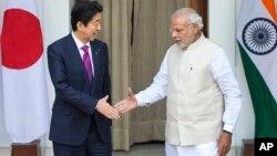 日本首相安倍和印度总理莫迪在新德里握手(2015年12月12日)