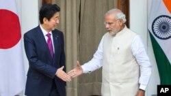 Thủ tướng Ấn Độ Narendra Modi và Thủ tướng Nhật Shinzo Abe bắt tay trước cuộc họp tại New Delhi, Ấn Độ, ngày 12/12/2015.