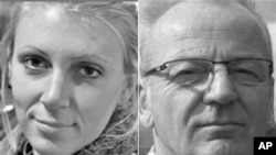 ນາງ Jessica Buchanan ແລະນາຍ Poul Hagen Thisted ສອງໂຕປະກັນທີ່ທະຫານ Navy SEALS ຂອງສະຫະລັດ ເຂົ້າໄປຊ່ວຍປົດປ່ອຍ ຈາກພວກຄົນຮ້າຍທີ່ໂຊມາເລຍ, ວັນທີ 24 ມັງກອນ 2012.