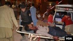 巴基斯坦志愿人员将伤者送往医院