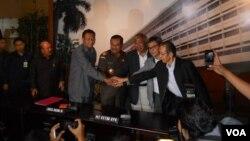 Ketua KPK Sementara Taufiequrachman Ruki dan jajaran pimpinan KPK saat berkunjung ke kantor Kejaksaan Agung (foto: VOA/Andylala).