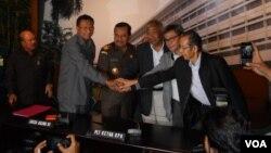 Jaksa Agung HM Prasetyo (ke-4 dari kanan) menerima kunjungan Ketua KPK Sementara Taufiequrachman Ruki (ke-3 dari kanan) dan jajaran pimpinan KPK di Gedung Kejaksaan Agung, Senin 23/2 (foto: VOA/Andylala).