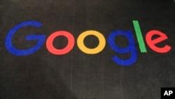 谷歌公司在法國的總部入口大廳地毯上的公司徽標。(美聯社)