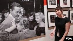 Куратор Сара Гордон у фотографии Билли Экстайна работы Марты Холмс. Photo: Oleg Sulkin