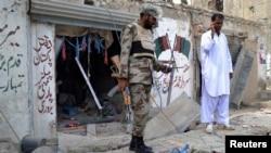 5月10日發生炸彈爆炸事件後﹐一名巴基斯坦警察站在位於奎達的巴基斯坦人民黨(PPP)的競選辦公室門外。