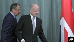 Russia's Foreign Minister Sergey Lavrov (l) and his British counterpart William Hague walk to a press conference after their meeting in Moscow, May 28, 2012 (AP).