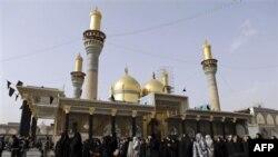 Phụ nữ Hồi giáo cầu nguyện tại Ðền thờ Imam Kazim ở Baghdad, ngày 15/12/2010