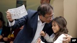左翼政治家彼得罗2018年6月17日投票前亲吻女儿(美联社)