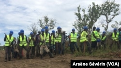 Des jeunes de Missié-Missié travaillent sur un chantier dans le district de Mindouli, Congo-Brazzaville, 23 octobre 2018. (VOA/Arsène Sévérin)