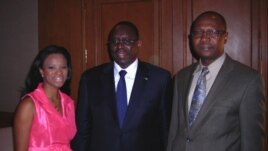 Le président Macky Sall (au c.) avec Mariama Diallo et Timothée Donangmaye de la VOA