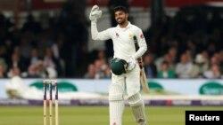 شاداب خان اپنی نصف سنچیری پر ہاتھ ہلا کر خوشی کا اظہار کر رہے ہیں۔