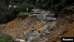 哥斯达黎加的卡萨·玛塔地区的一条高速公路被飓风纳特摧毁。(2017年10月6日)