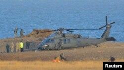 Un helicóptero estadounidense en la escena del accidente de otra nave similar en la costa de Norfolk, en Gran Bretaña.