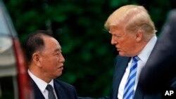 Le président Donald Trump s'entretient avec Kim Yong Chol, ancien chef des renseignements militaires de la Corée du Nord et l'un des proches collaborateurs du leader Kim Jong Un au sortir d'une rencontre au bureau ovale de la Maison Blanche à Washington le vendredi 1er juin 2018.