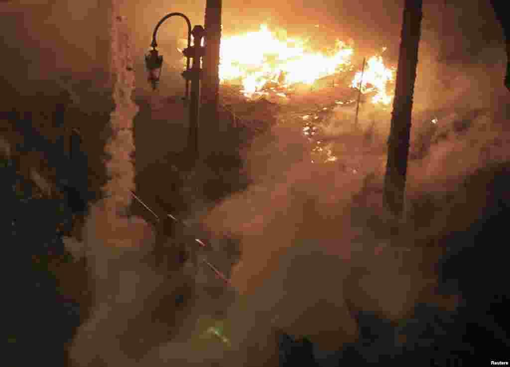 25일 이집트 카이로의 타흐리르 광장에서 충돌한 반-무르시 시위대와 진압경찰. 체류탄을 던지는 시위대에 맞서 진압경찰이 시위대 텐트에 불을 질렀다.