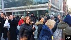 紐約行人經過爆炸事發地點