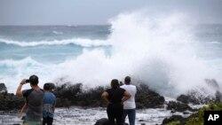 Ljudi na plaži ostrva Oahu posmatraju uragan