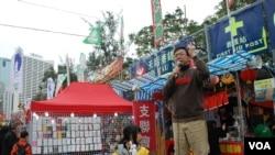 支聯會成員張文光在維園年宵市場呼籲參觀人士捐款支持興建永久六四紀念館 (美國之音湯惠芸拍攝)