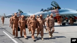Министр обороны России Сергей Шойгу (в центре) на авиабазе Хмеймим в Сирии