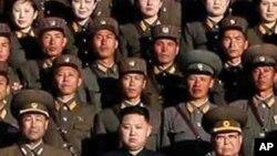 Shugaban kasar Koriya ta arewa Kim Jong Il da dansa Kim Jong Un, a cikin wannan hoton da kamfanin dillancin labarai na Koriya ya fitar ranar laraba 6 ga watan Oktoba. 2010,