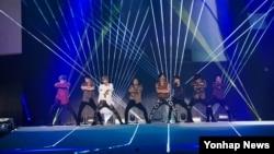 한국의 보이그룹 엑소가 지난 8일 서울 상암월드컵경기장에서 열린 'SM타운 라이브 월드 투어 Ⅵ'에서 열정적인 무대를 선보이고 있다.