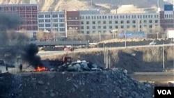 當地民眾2013年1月9日拍下的照片顯示,青海黃南州當局焚毀從藏人那裡沒收的衛星 電視接收器。