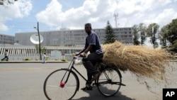 Un cycliste passe devant les locaux du TPIR à Arusha (archives)