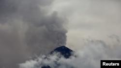 El Volcán de Fuego volcano lanza una columna de vapor y cenizas, visto desde Antigua, Guatemala. May 5, 2017.