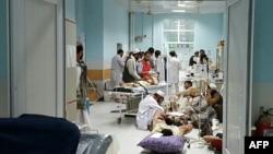 Foto yang dirilis Doctors Without Borders (MSF) tangal 3 Oktober 2015 menunjukkan para petugas medis Afghanistan merawat warga sipil yang terluka di rumah sakit MSF di Kunduz.