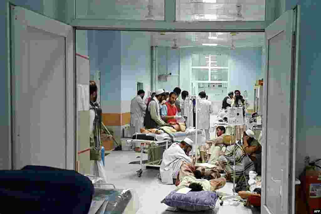 នៅក្នុងរូបថតដែលមិនបានបញ្ជាក់ថ្ងៃថតដែលបញ្ចេញដោយអង្គការគ្រូពេទ្យគ្មានព្រំដែន (MSF) កាលពីថ្ងៃទី៣ ខែតុលា ឆ្នាំ២០១៥ បង្ហាញពីបុគ្គលិកពេទ្យនៃអង្គការនេះកំពុងព្យាបាលជនស៊ីវិលអាហ្វហ្គានីស្ថាន ដែលរងរបួសដោយសារការវាយប្រហារពីក្រុមតាលីបង់ នៅឯមន្ទីរពេទ្យរបស់អង្គការ MSF នៅក្នុងក្រុង Kunduz។ ការវាយប្រហារតាមអាកាសទៅលើមន្ទីរពេទ្យក្នុងទីក្រុង Kunduz ដោយធ្វើឲ្យគ្រូពេទ្យនៃអង្គការនេះ៣នាក់ស្លាប់ និងរាប់សិបនាក់រងរបួស នេះបើតាមអង្គការសប្បុរសធម៌មួយនេះឲ្យដឹង ហើយកងកម្លាំងសហរដ្ឋអាមេរិកអាចស្ថិតនៅពីក្រោយការវាយប្រហារនេះ។