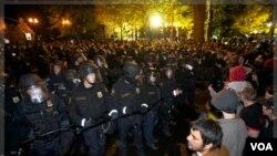 Polisi anti huru-hara bersiap untuk mengusir demonstran 'Occupy Wall Street' dari taman umum di kota Portland, Oregon (13/11).