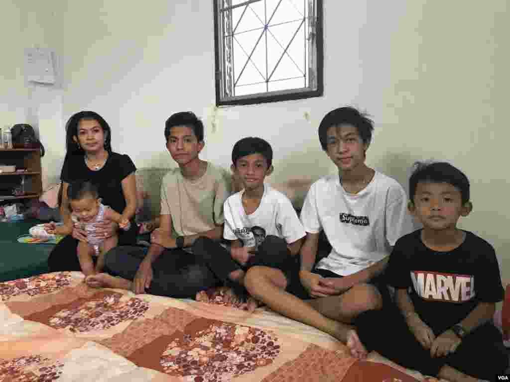 Bou Rachana, the widow of the murdered Kem Ley, is pictured with her five sons, July 2, 2017. (Sok Khemara/VOA Khmer)